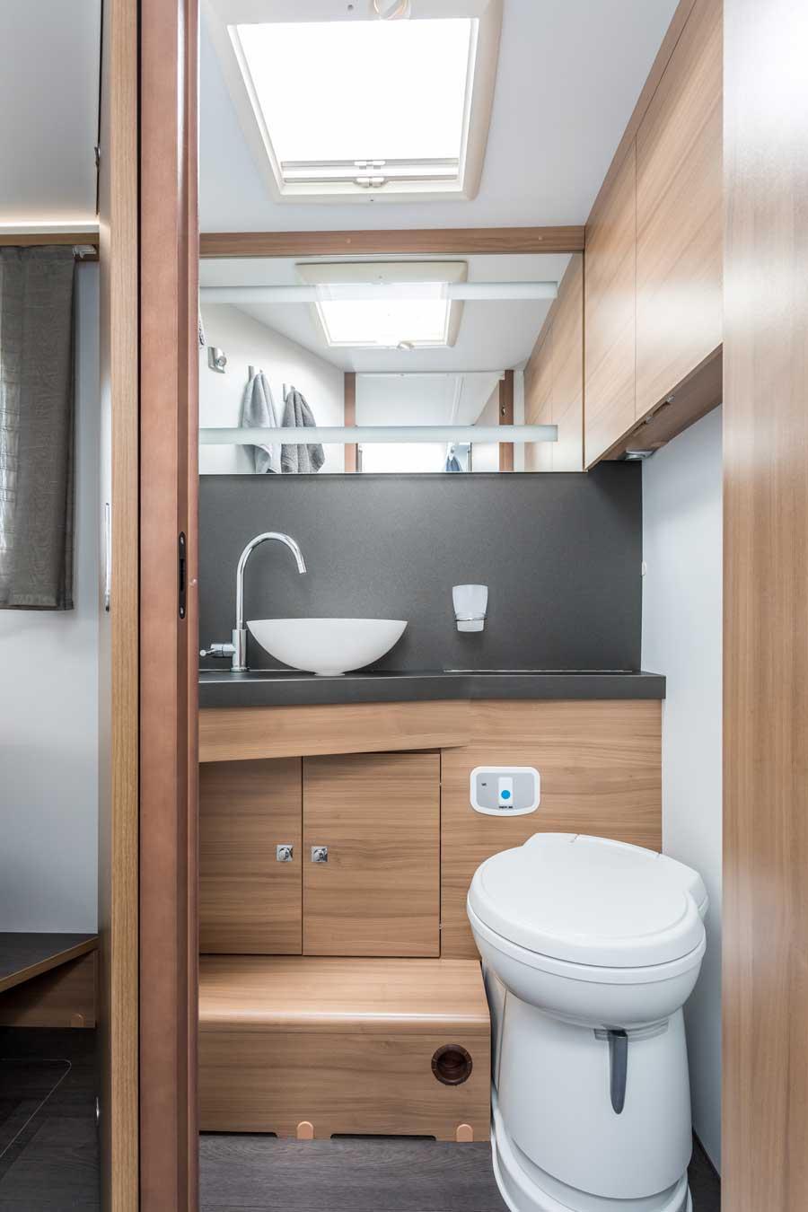 badkamer en wc van de Adria matrix van Luxecamperhuren.nl